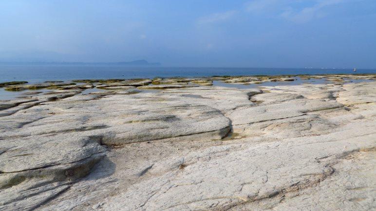 Der Steinplattenstrand Jamaica Beach von Sirmione.