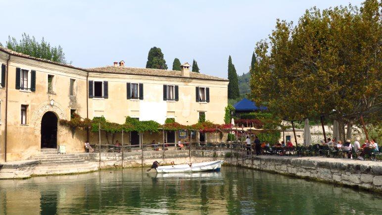 Die Taverna, die Gäste sitzen direkt auf der Hafenmole