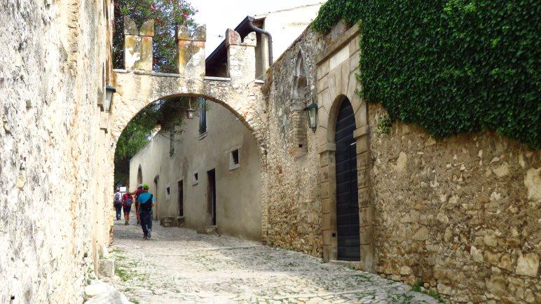 Auf diesem Weg geht es hinunter zur Locanda San Vigilio und zum Hafen