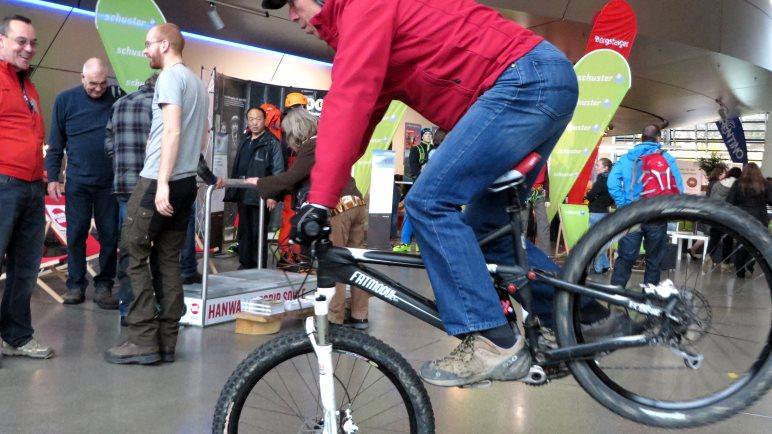 Vor Beginn des Alpintages: Kurze Pressevorführung der Mountainbiker