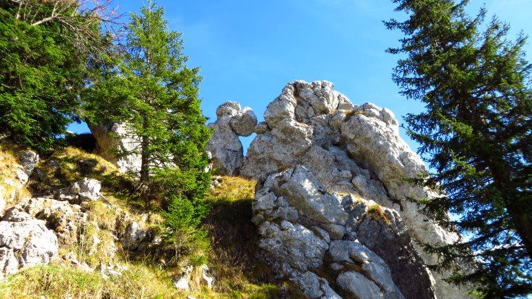 Durch die Felsen kraxeln wir zum Gipfel des Fockenstein