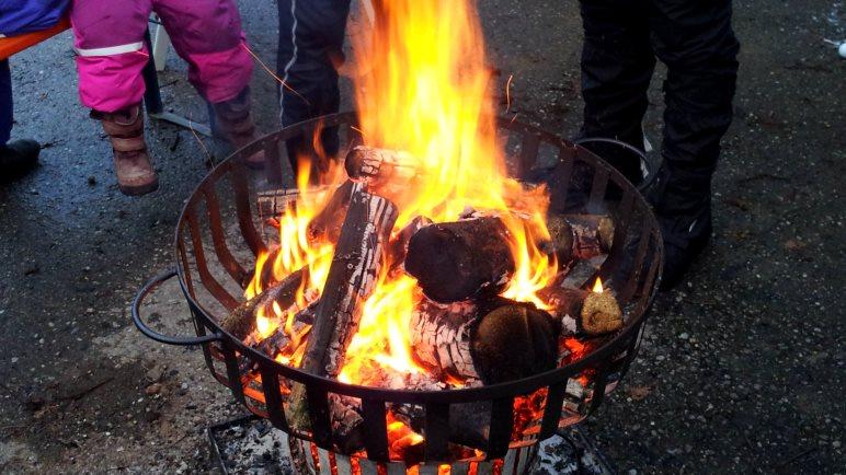 Feuerkörbe als Beleuchtung und zum Aufwärmen bei eisigen Temperaturen