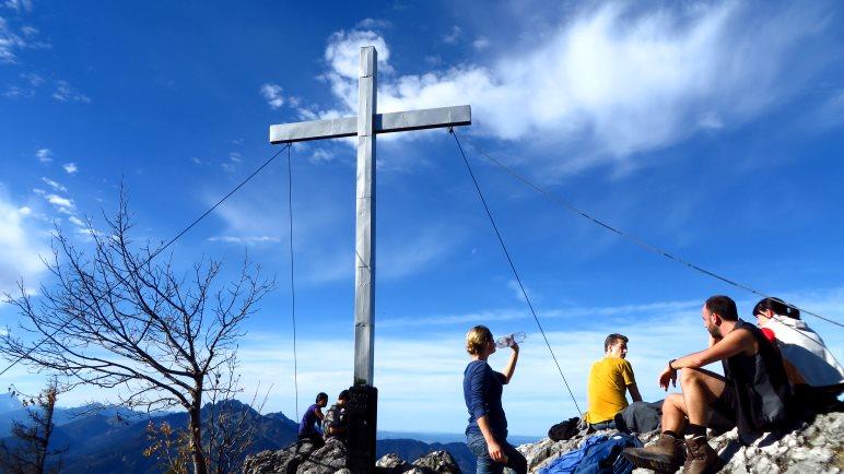Das Geierstein-Gipfelkreuz vor strahlend blauem Herbsthimmel