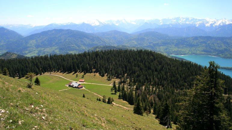 Ausblick vom Jochberg auf die Jocheralm, den Walchensee und die Alpenkette