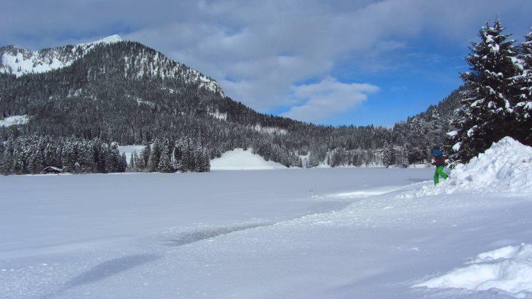 Der Spitzingsee ist auch für Winterwanderungen gut geeignet