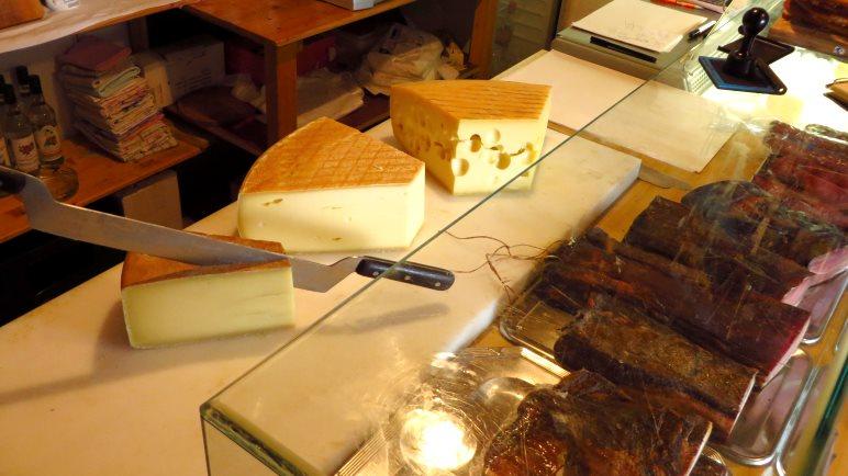 Almkäse und Speck in der Milchtrinkstube