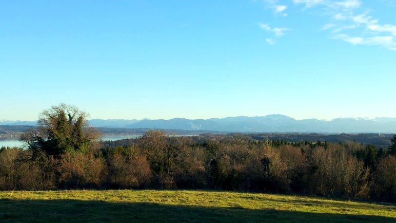 Der Ausblick vom Forsthaus Ilkahöhe über den Starnberger See auf die Alpen