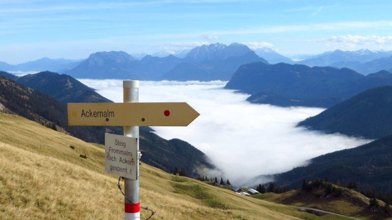 Erneut sehen wir wir das Kaisergebirge aus den tiefliegenden Wolken ragen