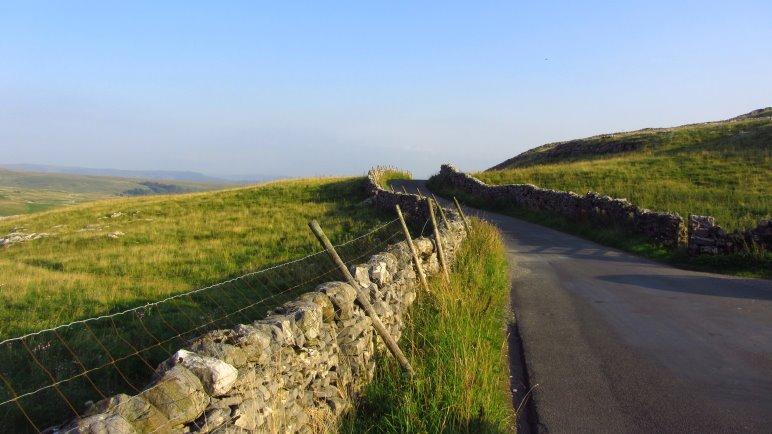 Wandern in den Yorkshire Dales. Nur selten geht es über Asphaltwege