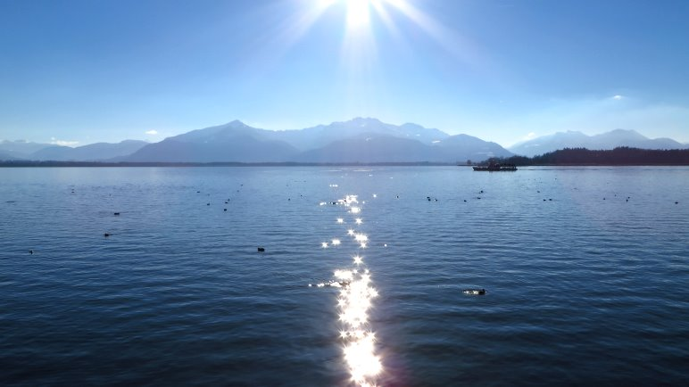 Wandern im Chiemgau - hier die Kampenwand, von der Fraueninsel aus gesehen