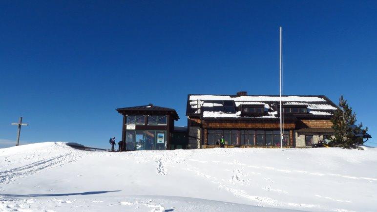 Die Hochrieshütte, direkt neben dem Gipfelkreuz