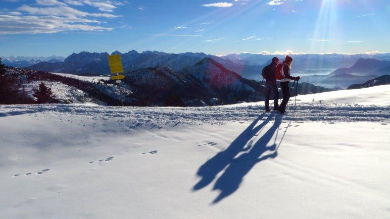 Der Blick vom Hochries-Gipfel auf das Kaisergebirge und weiter nach Süden