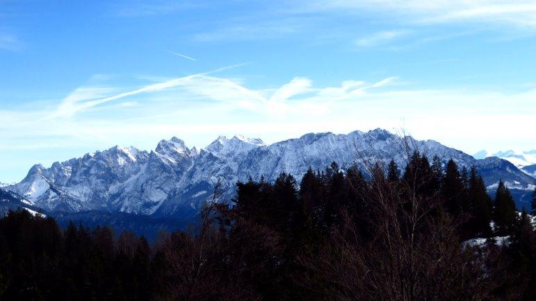 Der Blick vom Brünnsteinhaus auf das Kaisergebirge
