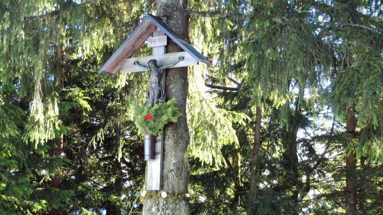 Ein Wegkreuz im Wald, kurz vor dem Brünnsteinhaus