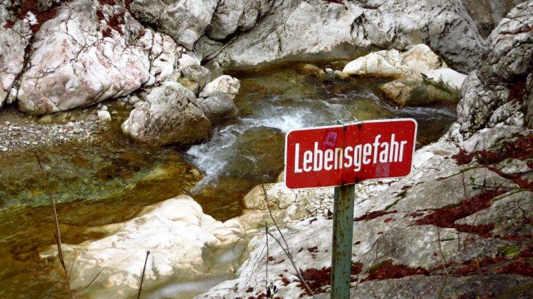 Lebensgefahr - Oberhalb des Wasserfalls sollte man sich vom Ufer fernhalten