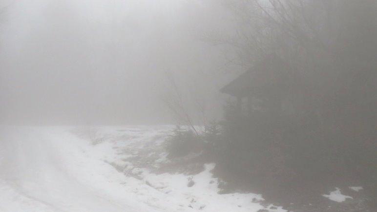 Der Pavillon am gleichnamigen Abzweig. Kaum zu sehen im dichten Nebel.