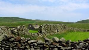 Zwischen den Steinmauern sehen wir eine Hausruine