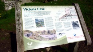 Die Infotafel vor der Victoria Cave