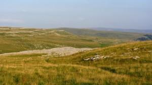 Braun ausgedörrte Wiesen auf den Hügeln vor Malham