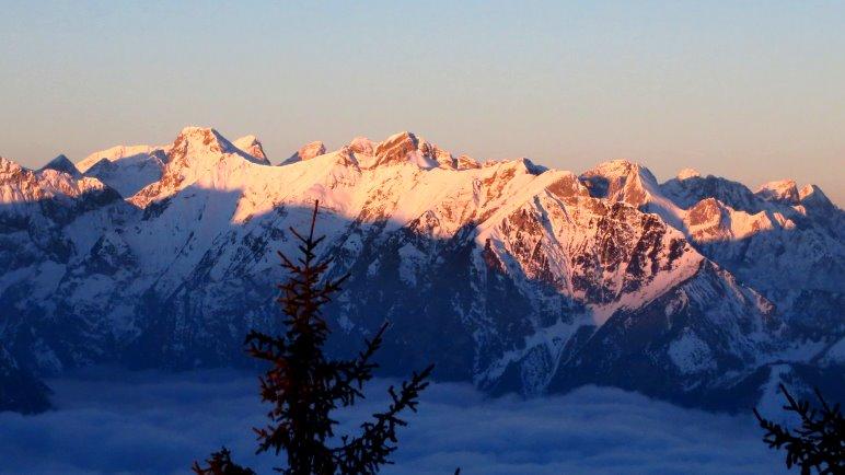 Winter-Sonnenaufgang in Tirol. Von der Erfurter Hütte quer über den Achensee geblickt