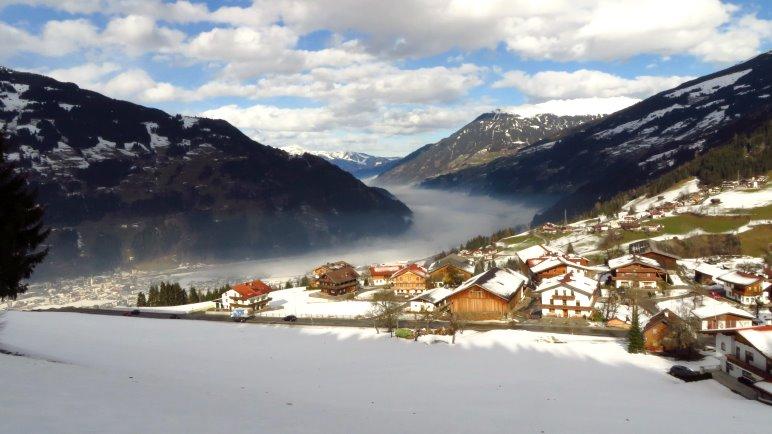 Blick von der Rodelbahn auf Hainzenberg und das im Nebel liegende Zillertal