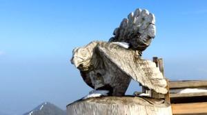 Ein Holz-Auerhahn steht auf der Terrasse des Hochfelln-Hauses