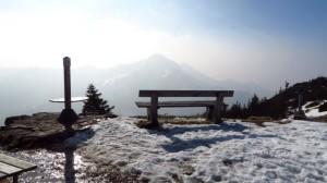 Aussichtsbank - Die erste Frühlingssonne geniessen und auf die Berge blicken. Brauchts mehr?