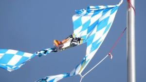 Es war der Wind, der die Fahne zerrissen hat, aber Ihr könnt reininterpretieren, was Ihr wollt.