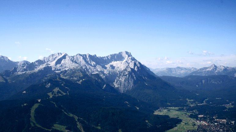 Der Blick vom Wank über Garmisch-Partenkirchen auf das Zugspitzmassiv