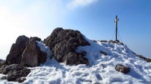 Direkt hinter dem Hochfelln-Haus ist der Gipfelfelsen mit dem Gipfelkreuz