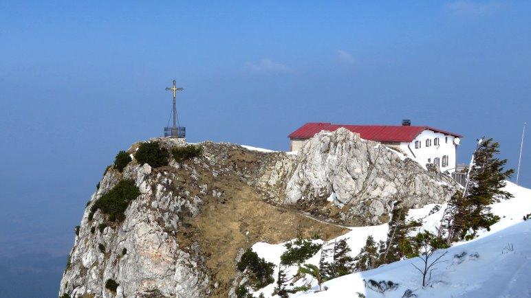 Der Hochfelln-Gipfel und das Hochfelln-Haus liegen direkt nebeneinander