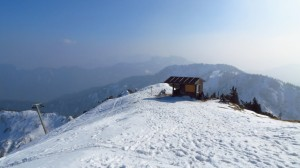 Eine kleine, allerdings verriegelte, Hütte knapp unterhalb des Gipfels