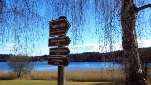 Wegweiser zur Sieben-Seen-Platte am Parkplatz in Pelham