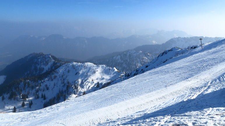 Schöner Blick über dei Skipiste hinweg. Man kann sich den Panoramablick zumindest vorstellen.