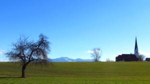 Die Kirche von Stephanskirchen - Im Hintergrund sehen wir direkt auf die Kampenwand