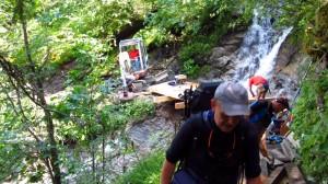 Brückenbau im Wald