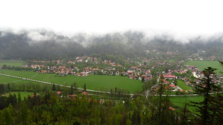 Aussicht auf Bayrischzell, der Wendelstein hängt noch in den Wolken