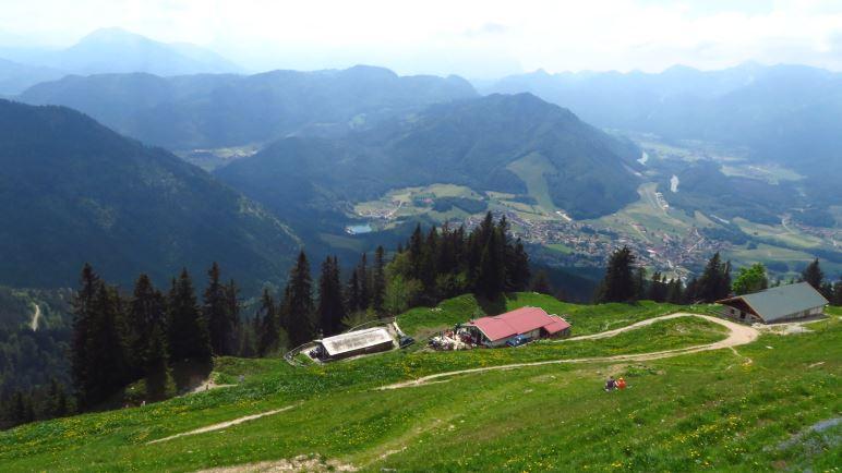 Blick vom Hochgernhaus auf Moar-Alm, Enzianhütte und ins Tal
