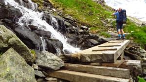 Kleine Brücke über einen Wildbach
