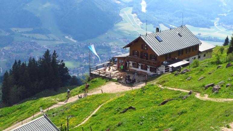 Das Hochgernhaus, knapp 300 Meter unterhalb des Gipfels