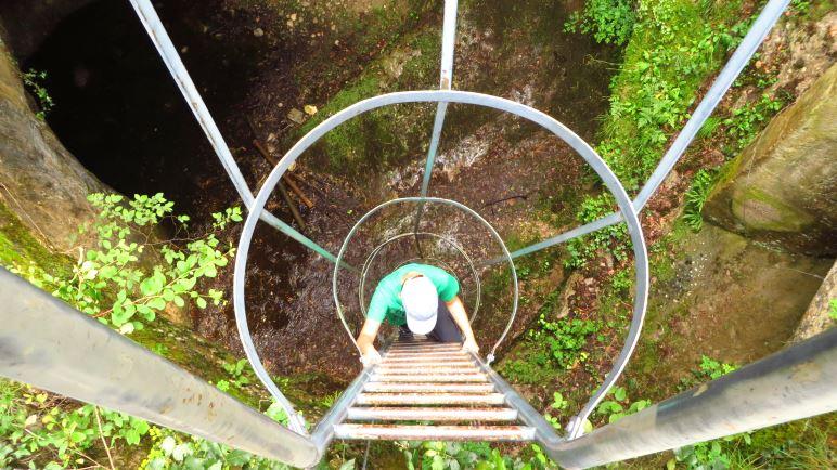 Hinab in die Tiefe: Über die Leiter in den Gletschertopf
