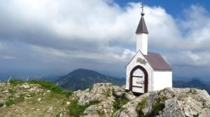 Die Kapelle wenige Meter neben dem Gipfel. Sie enthält das Gipfelbuch