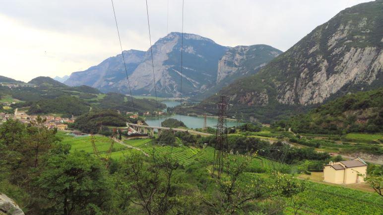 Der Ausblick auf das Sarcatal und die beiden Seen