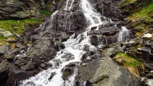 Wir überqueren einen kleinen Wasserfall