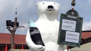 Der Cola-Eisbär grüßt, die Lautsprecher sind fest montiert