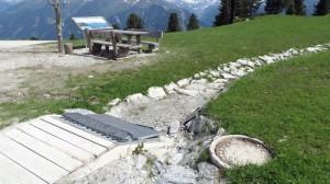 Ein Kanal auf der Bergwiese