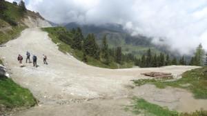 Diese Skiabfahrt sieht im Sommer extrem übel aus, ist aber Teil des Panoramawanderwegs