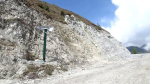 Hier wurde heftig am Berg gearbeitet, im Vordergrund ein Skikanonenhalter
