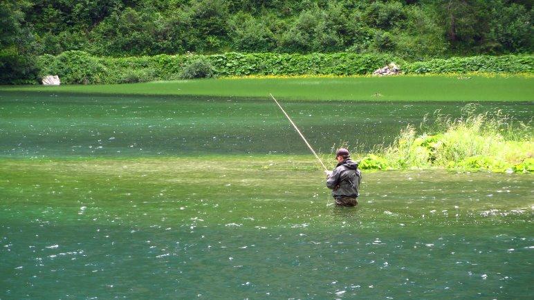 Ein Angler am Südufer des Sees