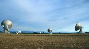 Über viele Felder verteilen sich die Antennen in Raisting. Im Hintergrund die Bayerischen Alpen
